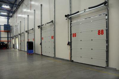 Porte de quai sur batiment logistique somaferm for Porte de garage sectionnelle avec serrurerie metallerie