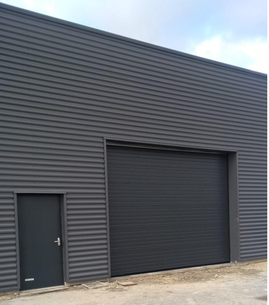 porte sectionnelle motorisee ral 7016 avec portillon de. Black Bedroom Furniture Sets. Home Design Ideas